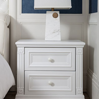 FIBE9:ホワイトを基調としたベッドサイドの引き出し