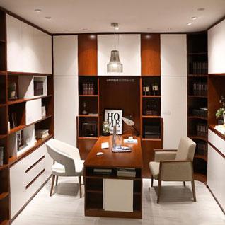FILD22:床から天井までの高さがあるホワイトと木目のブックケース